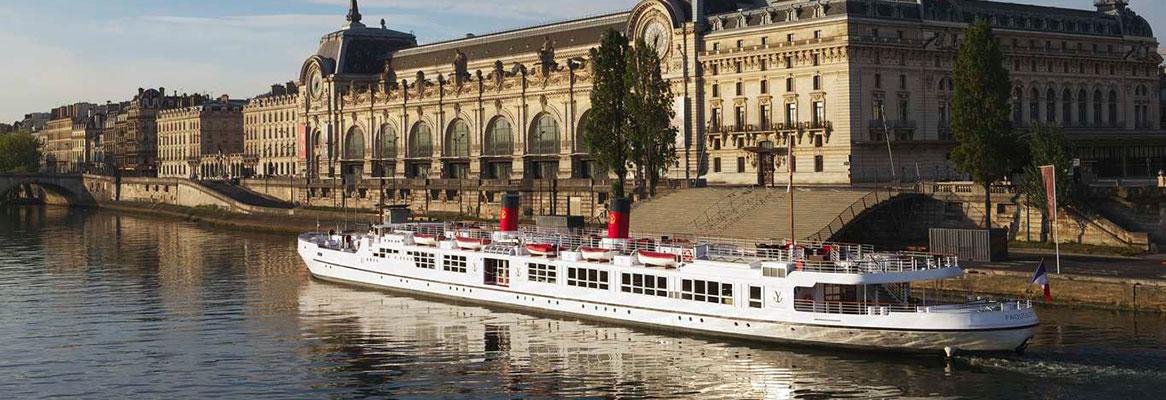 Paquebot et les rives de Seine